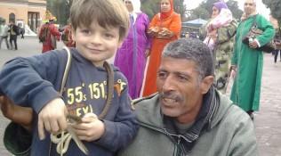 Gira con mi hijo Olmo-Plaza Jemaa el-Fna de Marrakesh